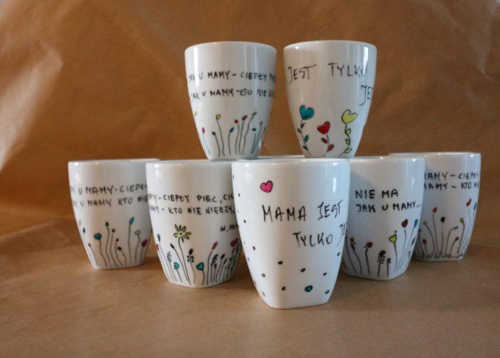 Unikatowa_kolekcja_ręcznie_malowanych_porcelanowych kubków_z_dedykacją_dla_mam
